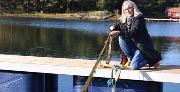 Maria Bodin trækker en muslingestrømpe op af vandet
